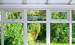 ventanas pvc baratas: Ventanas de PVC de estilo  por Jomavir