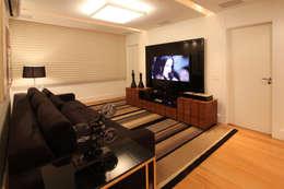 Salas multimedia de estilo moderno por Arquinovação