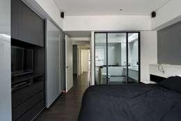 黑與白:  臥室 by 倍果設計有限公司
