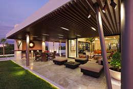 Casa de Playa LM, Terraza: Terrazas de estilo  por LUMINICA Iluminación
