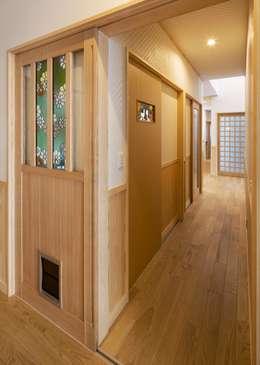 ステンドグラスの入ったドア: 小栗建築設計室が手掛けた玄関&廊下&階段です。