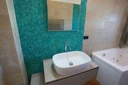 Casas de banho ecléticas por progettAREA interni & design