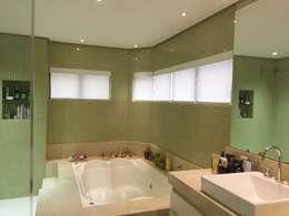 banheiro suite master: Banheiros modernos por daniela kuhn arquitetura