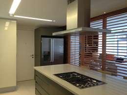 bancada em silestone: Cozinhas modernas por daniela kuhn arquitetura
