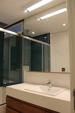 Baños de estilo moderno por daniela kuhn arquitetura