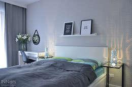 Dormitorios de estilo  por INNers - architektura wnętrza
