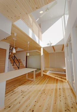 wall × wall: Ju Design 建築設計室が手掛けたリビングです。