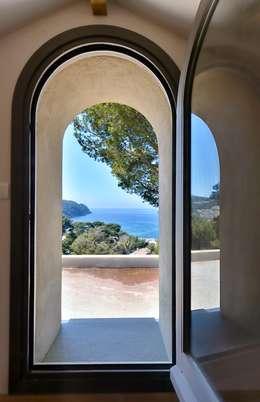 Réinvention Maison / Saint Cyr sur Mer : Jardin de style de style Méditerranéen par Atelier Jean GOUZY