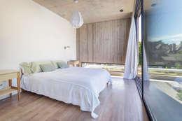 Casa MeMo - VIVIENDA UNIFAMILIAR ICONO DE LA SUSTENTABILIDAD : Dormitorios de estilo moderno por BAM! arquitectura