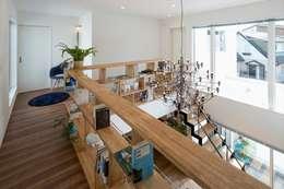 飾り棚・本棚: LITTLE NEST WORKSが手掛けた多目的室です。