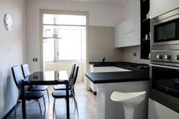 Polihouse : Cucina in stile in stile Minimalista di LB Design e Allestimenti