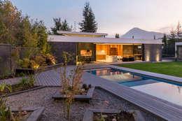 Quincho La Dehesa: Piscinas de estilo  por Nicolas Loi + Arquitectos Asociados