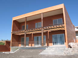 Fachada: Casas de estilo ecléctico por Altiplano Arquitectura