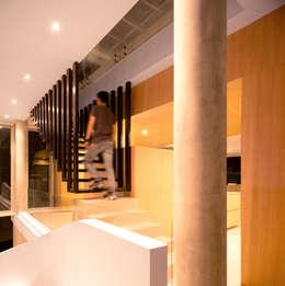 Vestíbulos, pasillos y escaleras de estilo  por Chetecortes