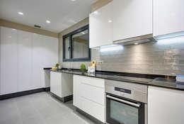 modern Kitchen by Markham Stagers