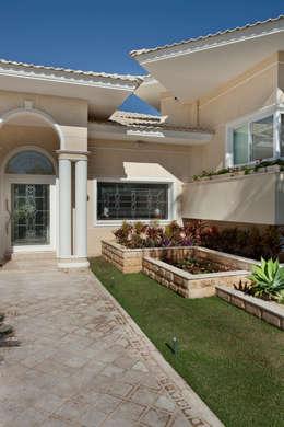 Casas de estilo clásico por Eustáquio Leite Arquitetura