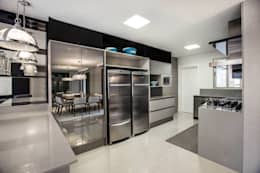 Cozinhas modernas por Flávia Kloss Arquitetura de Interiores
