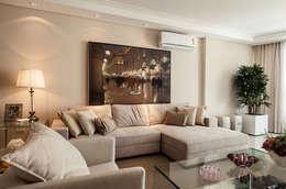 Salas de estar clássicas por Flávia Kloss Arquitetura de Interiores