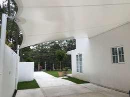 Velaría para cochera, Lomas de Chapultepec.: Terrazas de estilo  por Materia Viva S.A. de C.V.