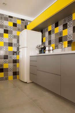 Nhà bếp by Karinna Buchalla Interiores