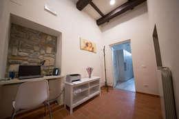 Projekty,  Korytarz, przedpokój zaprojektowane przez Alessia Nonnoni Architetto
