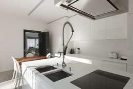 Ristrutturazione attico in città: Cucina in stile in stile Moderno di AGA Studio