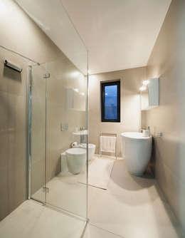 Ristrutturazione attico in città: Bagno in stile in stile Moderno di AGA Studio