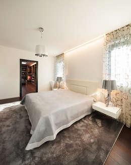 Ristrutturazione attico in città: Camera da letto in stile in stile Moderno di AGA Studio