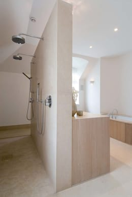 badkamer met warme uitstraling, met hout en natuursteen: moderne Badkamer door kb ontwerpbureau bvba