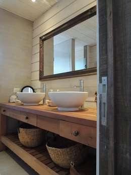 Baños de estilo moderno por David y Letelier Estudio de Arquitectura Ltda.