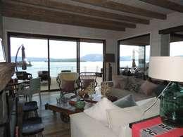 Salas / recibidores de estilo moderno por David y Letelier Estudio de Arquitectura Ltda.