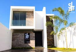 Fachada: Casas de estilo moderno por Slab Arquitectos