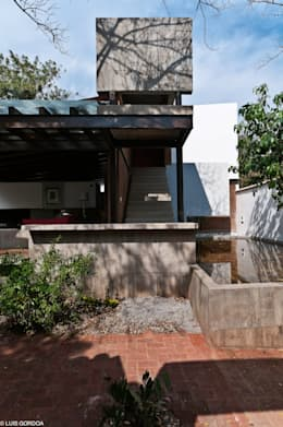 Jardines de estilo ecléctico por M+N Arquitectos