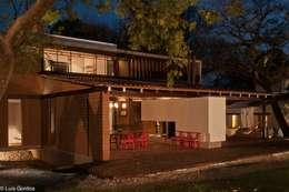 Casas de estilo ecléctico por M+N Arquitectos