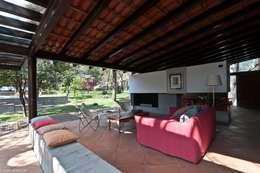 Livings de estilo ecléctico por M+N Arquitectos