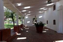 Pasillos y recibidores de estilo  por M+N Arquitectos