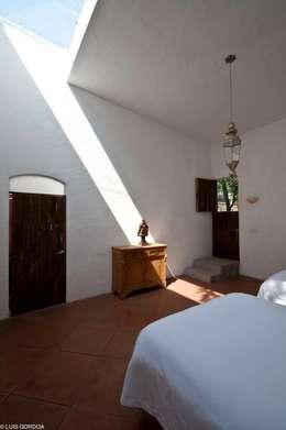 Dormitorios de estilo ecléctico por M+N Arquitectos