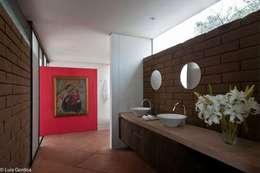 Baños de estilo ecléctico por M+N Arquitectos