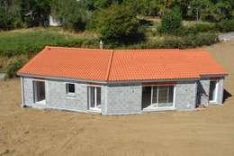 Projekty, klasyczne Domy zaprojektowane przez Créaxia