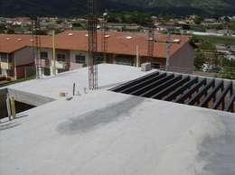 Pergola metálica del área de servicios: Casas de estilo moderno por MARATEA Estudio