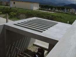 Avance de obra. Vista superior pergola de concreto.: Casas de estilo moderno por MARATEA Estudio