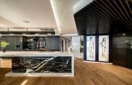 Luxurious Clifton Apartment: modern Kitchen by Inhouse