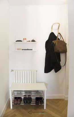 La entrada: Pasillos y vestíbulos de estilo  de emmme studio