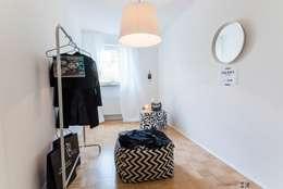 Vestidores y closets de estilo escandinavo por Münchner home staging Agentur GESCHKA