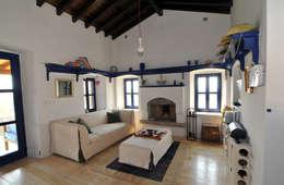 Salas de estilo mediterraneo por Ebru Erol Mimarlık Atölyesi