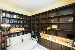 modern Study/office by Nandita Manwani