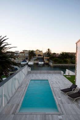 Piletas de estilo minimalista por HD Arquitectura d'interiors