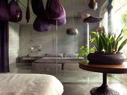 小孩房沒有衣櫥,兩個男孩的衣物全懸吊於紫色吊袋中。:  臥室 by 本晴設計