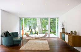 WOHNEN: minimalistische Wohnzimmer von ARCHITEKTEN GECKELER
