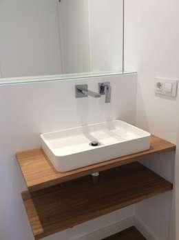 Casa Born -50 m²-, Barcelona. Baño.: Baños de estilo moderno de GokoStudio